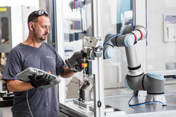 Der Mensch im Fokus: Cobots für mehr Sicherheit und Gesundheit bei der Arbeit