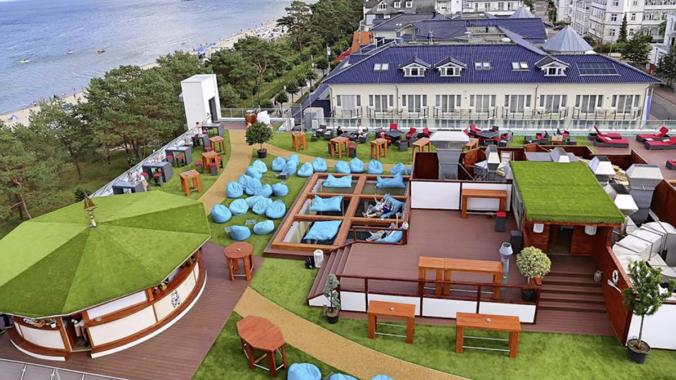 Sky Bar wird grüne Wohlfühloase: mit Kunstrasen, EPDM-Mulch und Kreativität von Melos