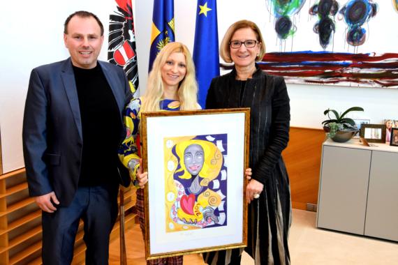 Pop Art Influencerin Tanja Playner zu Besuch bei Landeshauptfrau Johanna Mikl-Leitner