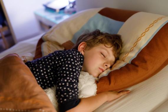 Kinder brauchen regelmäßige Schlafenszeiten