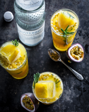 Spritzige Sommerdrinks mit natürlichem Mineralwasser