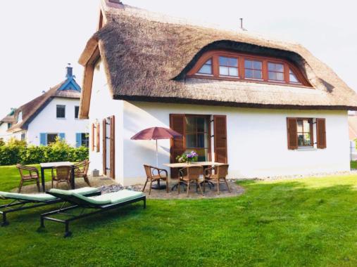 Urlaub mit Hund Reethaus am Meer Insel Rügen Ostsee ca 150 m zum Ostseestrand. Grundstück eingezäunt. Wlan Kamin Waschmaschine 2 Fernseher 2 Terrassen